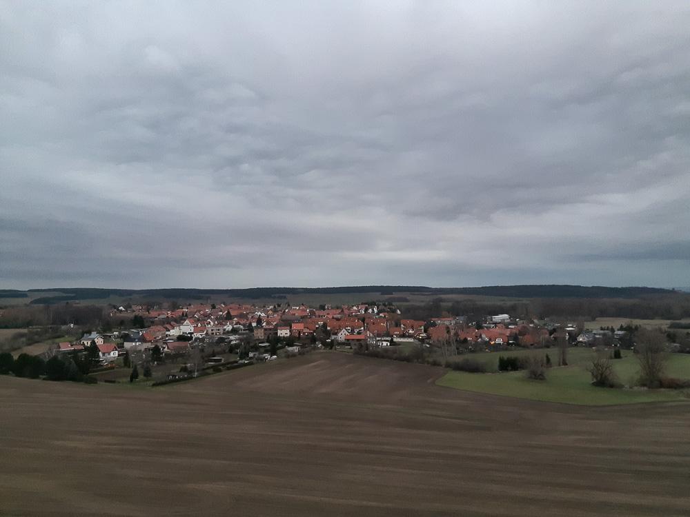 Blick von der Teufelsmauer im Harz auf die umliegenden Ortschaften