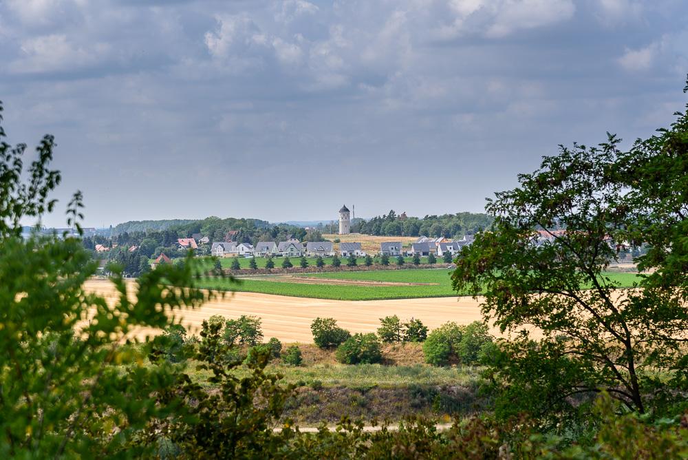 Blick übers Feld auf den Wasserturm Rückmarsdorf von einer Halde aus