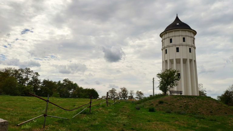 Wasserturm Rückmarsdorf unter wolkenverhangenem Himmel