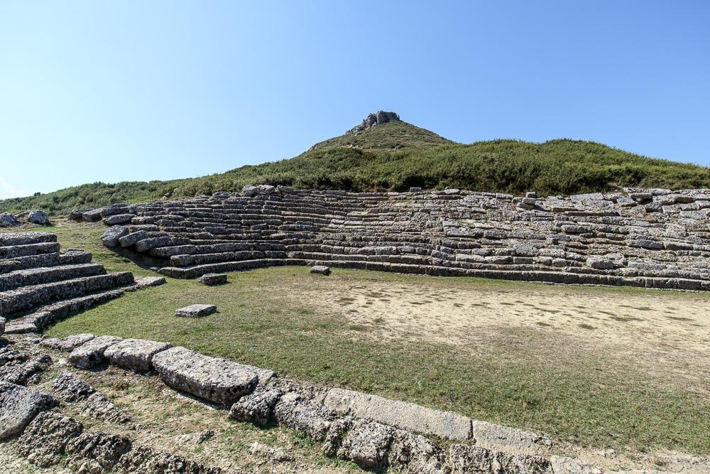 Der Hügel im Hintergrund der antiken Sportstätte Amantia