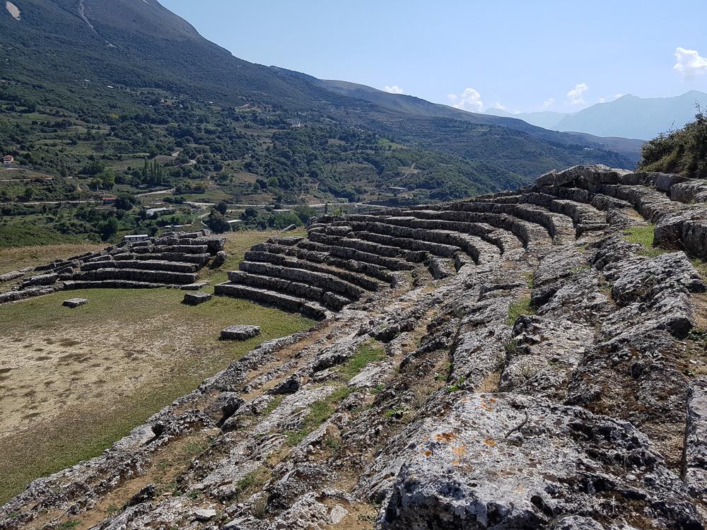Ausblick von den alten Tribünen der antiken Sportstätte Amantia in Albanien