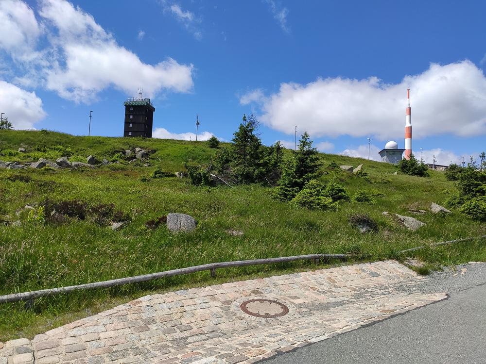 Kurz unterhalb des Brockens sieht man schon die Bebauung des Gipfels