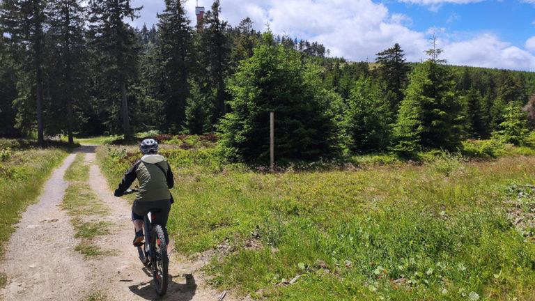Pauline auf dem E-Bike unterhalb des Wurmberg