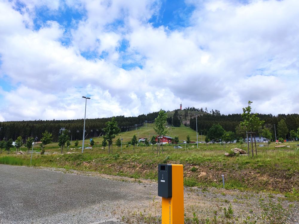 Am Parkpaltz Hexenritt hatten wir den Wurmberggipfel mit dem Aussichtsturm schon im Blick