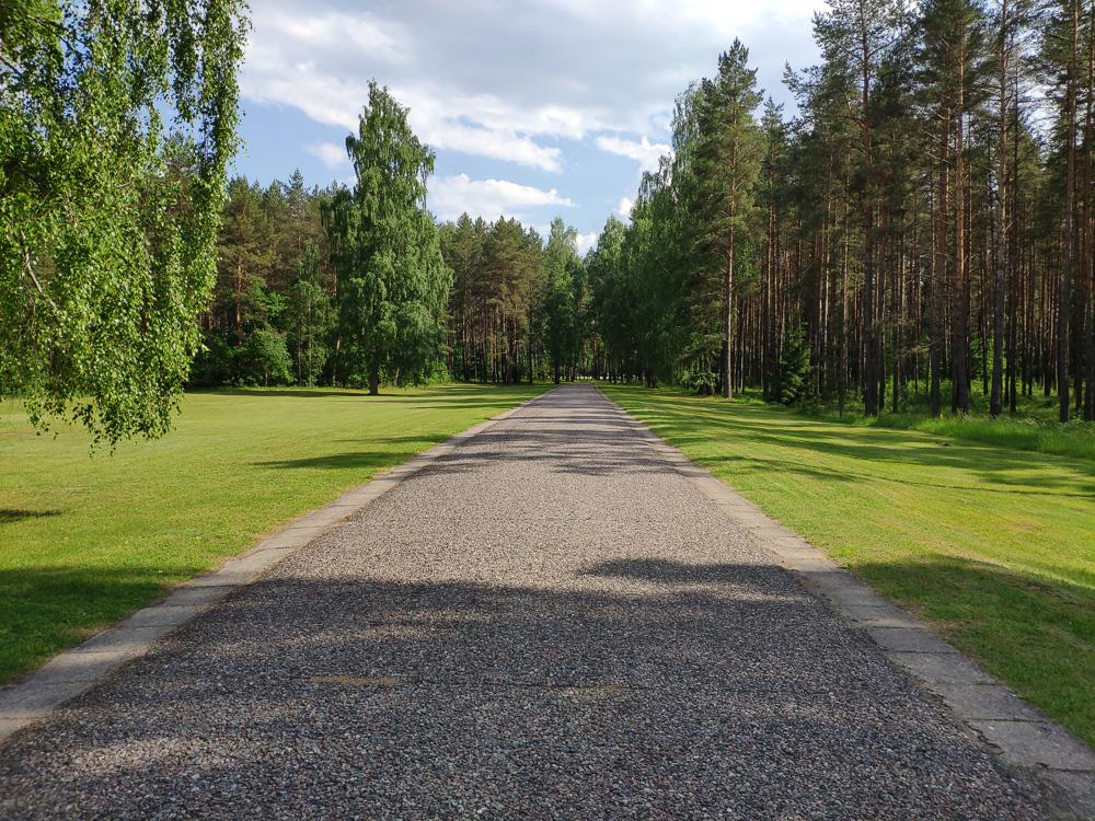 Blick vom Mahnmal Salaspils Memorials aus in Richtung Parkplatz
