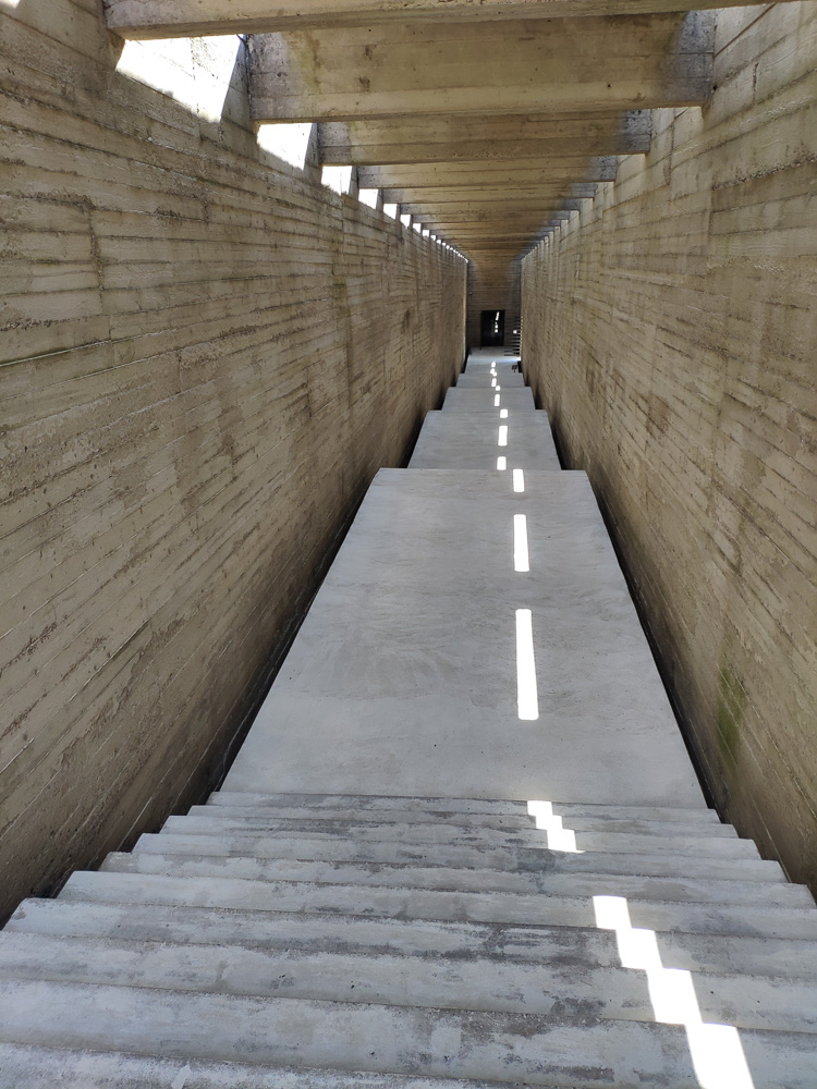 Im Inneren des Monuments Salaspils Memorials