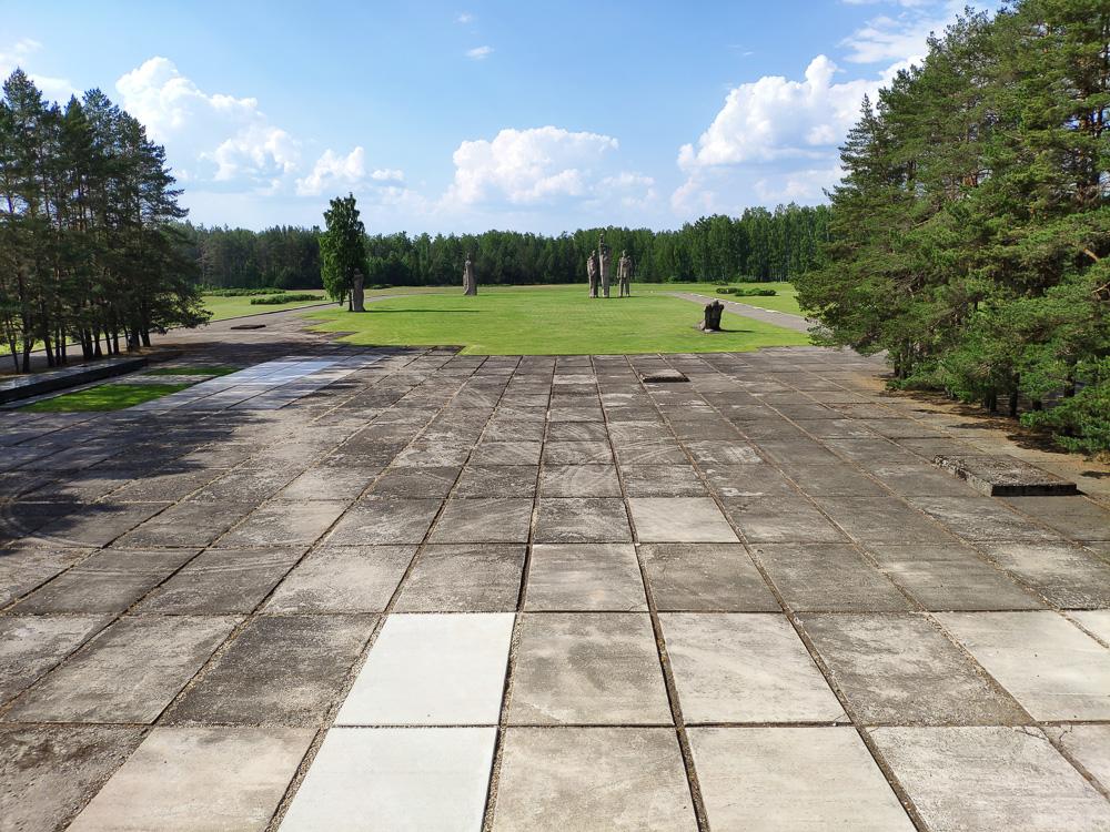 Im Hintergrund sind die Statuen des Salaspils Memorials zu sehen