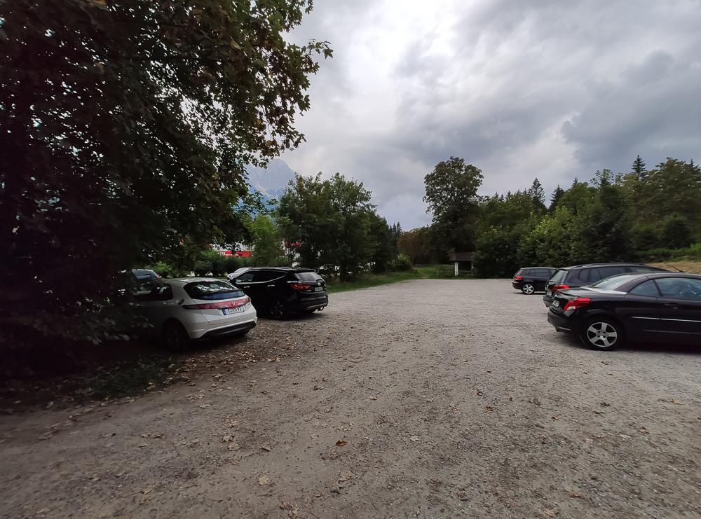 Parkplatz des Schmölzer Wirt außerhalb des Platzes