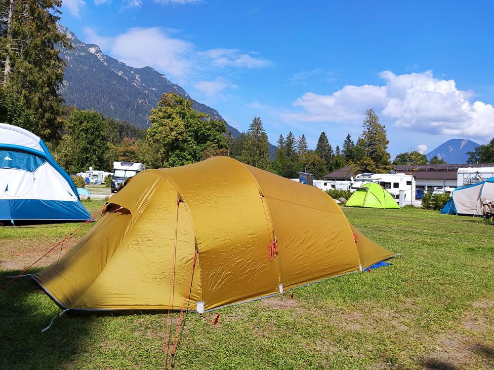 Im Hintergrund unseres Zeltes kann man die Stromsäule erkennen