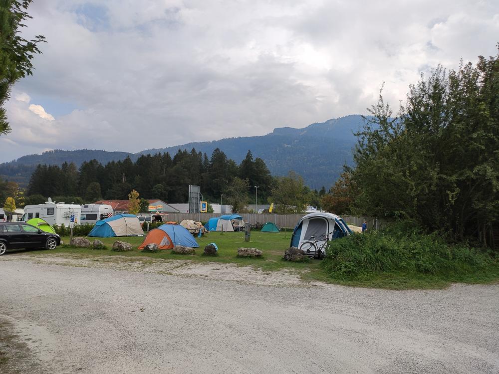 Blick auf die Zeltwiese am Wohnmobilhafen des Camping Erlebnis Zugspitze