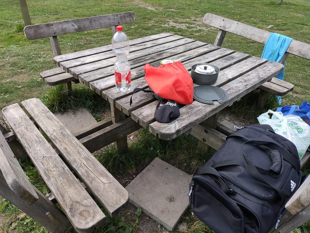Holztisch mit Bänken am Camping Erlebnis Zugspitze