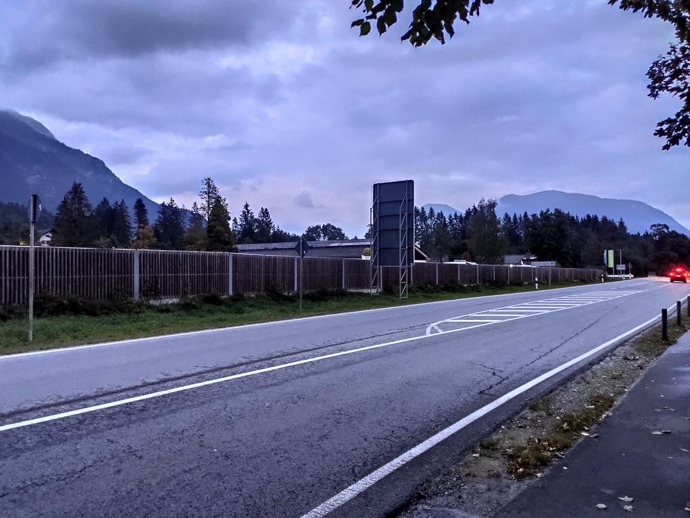 Hinter diesem Zaun befindet sich der Campingplatz. Direkt an der B23 gelegen.