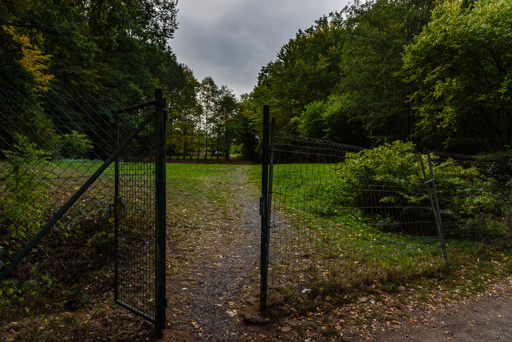 Zugang am See zum Campingpark Ohmbachsee mit den Zeltwiesen hinter dem Zaun