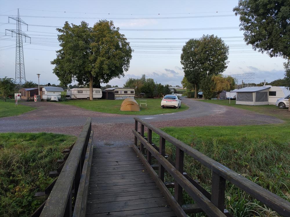 Ganz allein stand unser Zelt auf der Wiese auf dem Campingplatz Uentrop Helbach