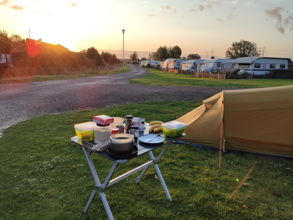 Mangels Tisch frühstückten wir auf unserem eigenen Campingtisch am Campingplatz Uentrop Helbach