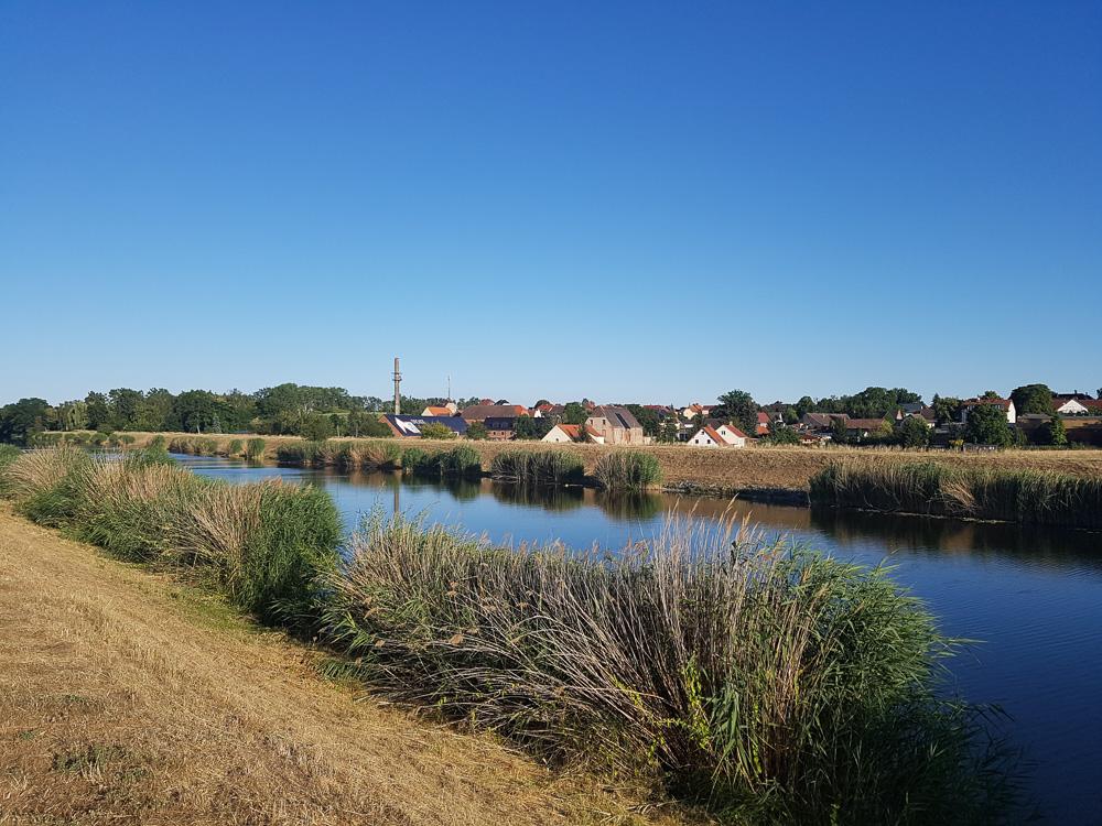 Auf dem Damm am Elster-Saale-Kanal nahe Dölzig