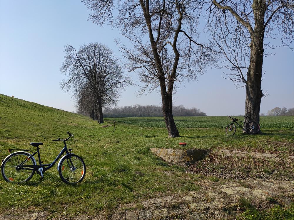 Fahrräder unterhalb des Damms des Elster-Saale-Kanals
