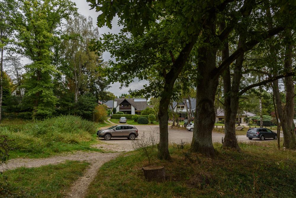 Der kostenfreie Parkplatz am Heidefriedhof in Hamburg Fischbek unweit des Hasselbrack