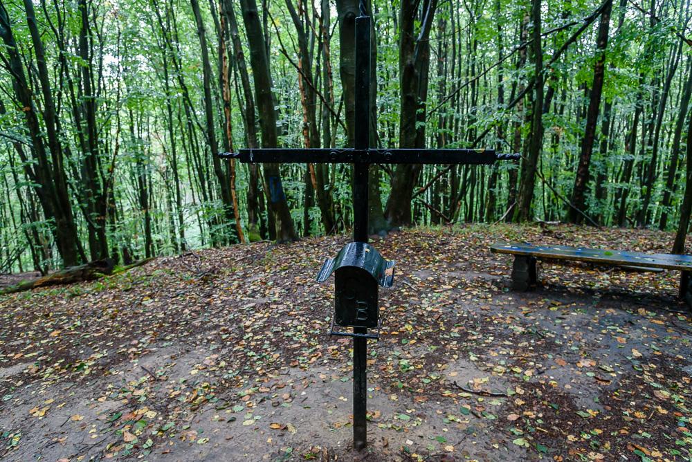 Gipfelkreuz am Helpter Berg, darunter die Truhe des Gipfelbuchs