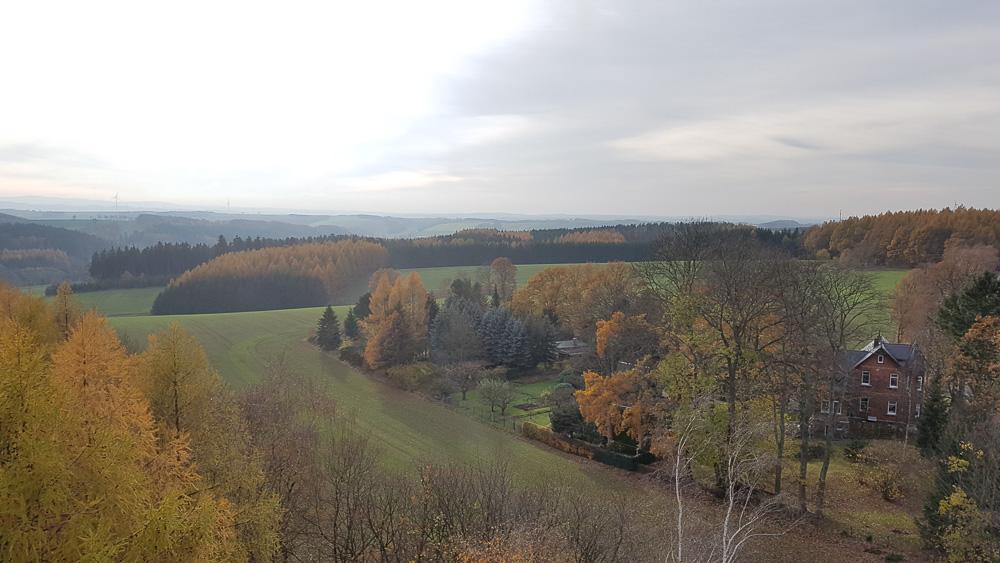 Blick auf das herbstliche Sachsen vom Aussichtsturm Alberthöhe