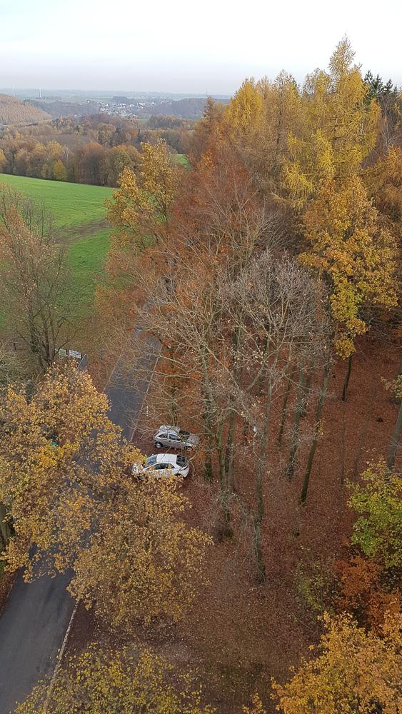 Die Parkplätze unterhalb des Aussichtsturm Alberthöhe