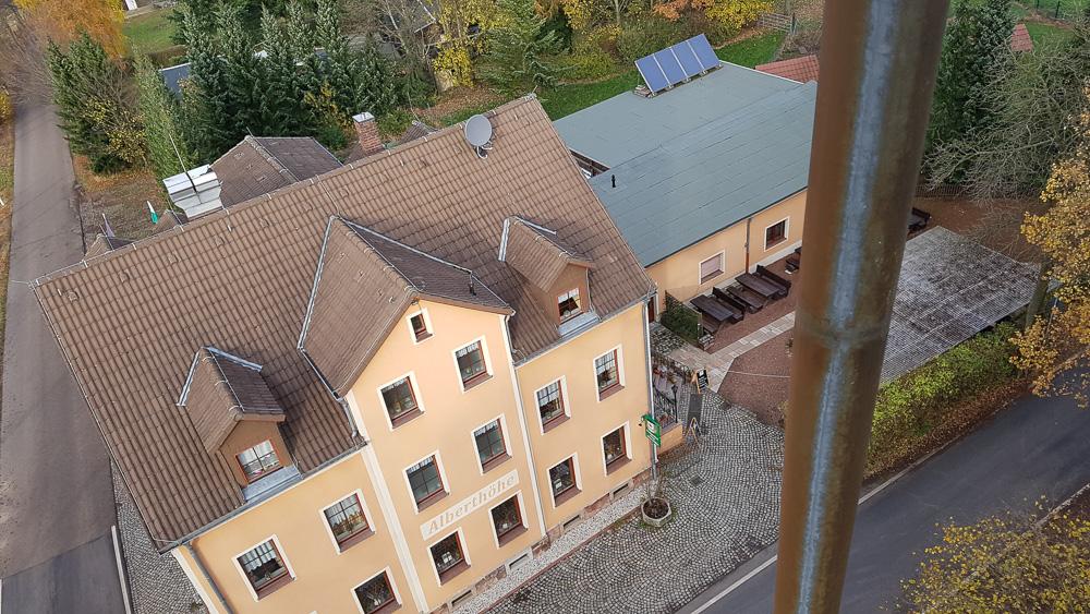 Blick vom Aussichtsturm Alberthöhe auf den gleichnamigen Waldgasthof