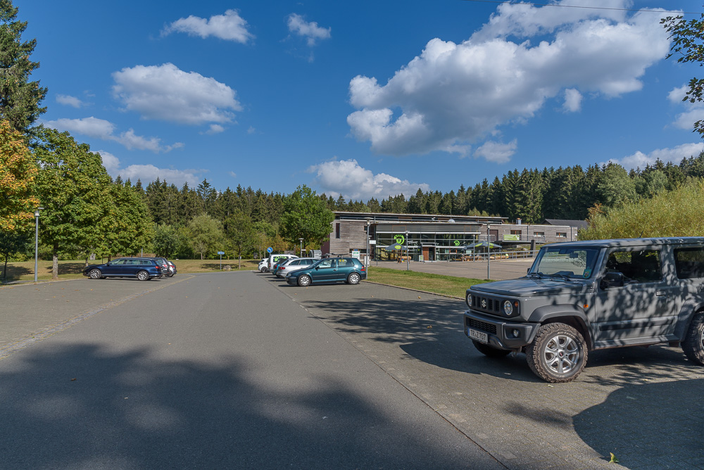 Der große Parkplatz am Hunsrückhaus am Fuße des Erbeskopf