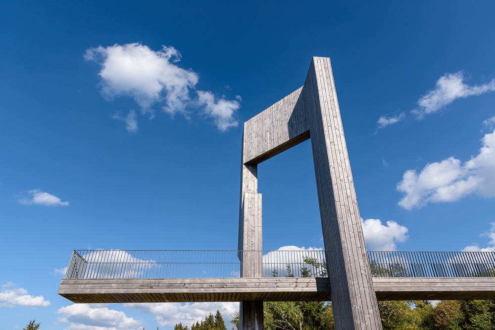 Die moderne Skulptur Windklang am Gipfel des Erbeskopf