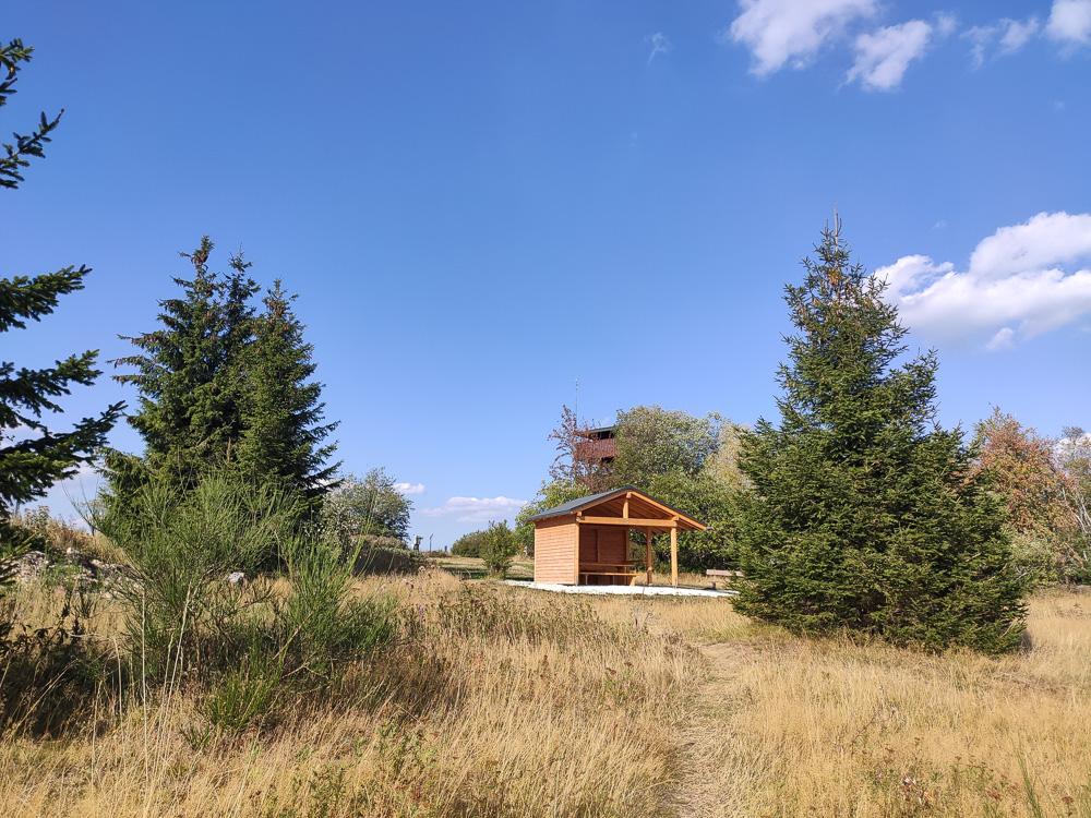 Rastplätze und Unterstände am alten Holzturm des Erbeskopf