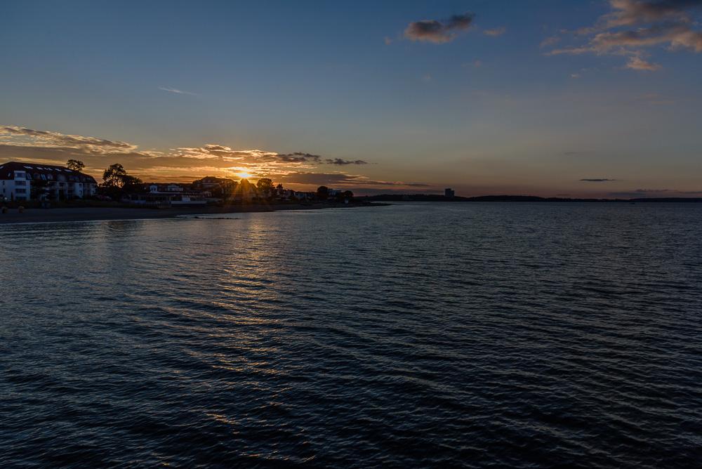 Sonnenuntergang über Niendorf von der Seebrücke aus gesehen