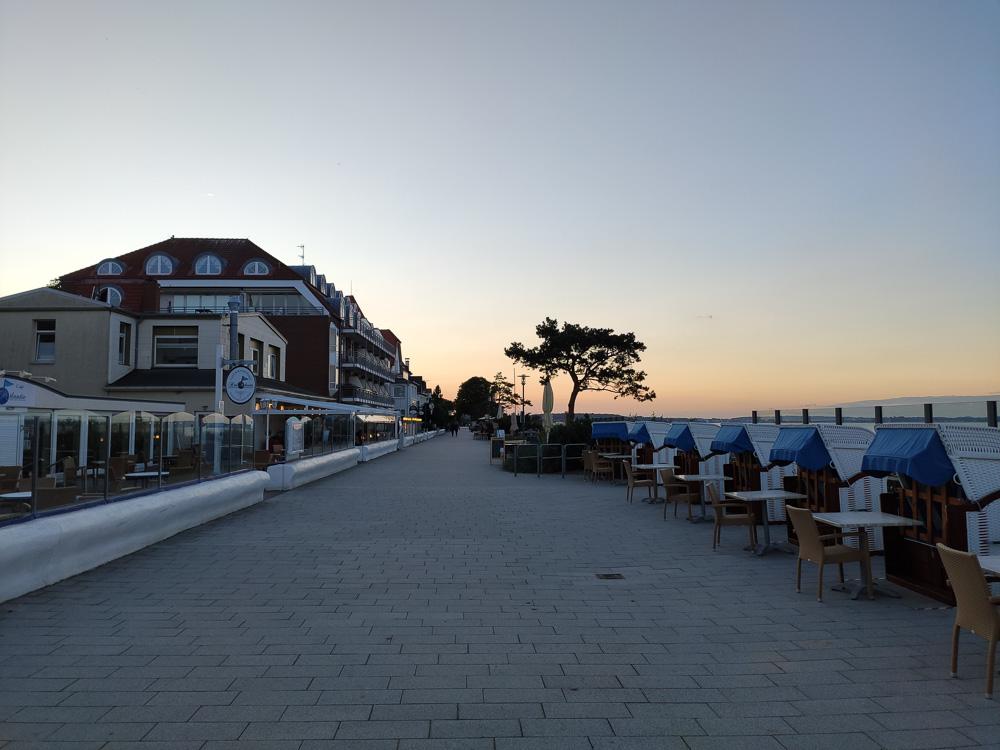 Die beschauliche Strandpromenade unweit der Seebrücke Niendorf