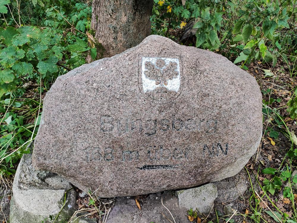 Wegweiser zum Bungsberg mit nicht ganz exakter Höhenangabe