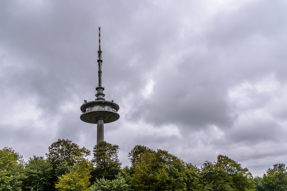 Blick vom Gipfel des Bungsberg auf den Fernmeldeturm