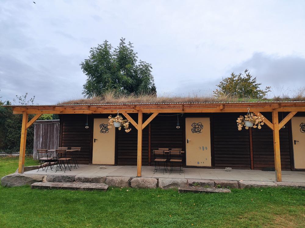 Für kleine Gruppen gibt es die Bagpacker-Hütten auf dem Campingplatz Travemünde Ivendorf. Hier finden bis zu 4 Personen ein Bett.