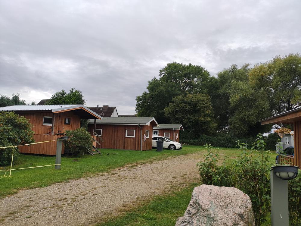 Die verschiedenen Hütten im Blick. Ganz hinten links die beiden Nordischen Holzhäuser.