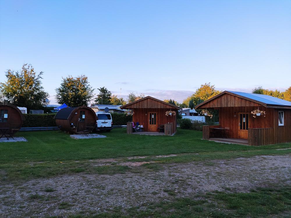 Etwas rustikalere Hütten und Schlaffässer gibt es auch auf dem Campingplatz Travemünde Ivendorf.