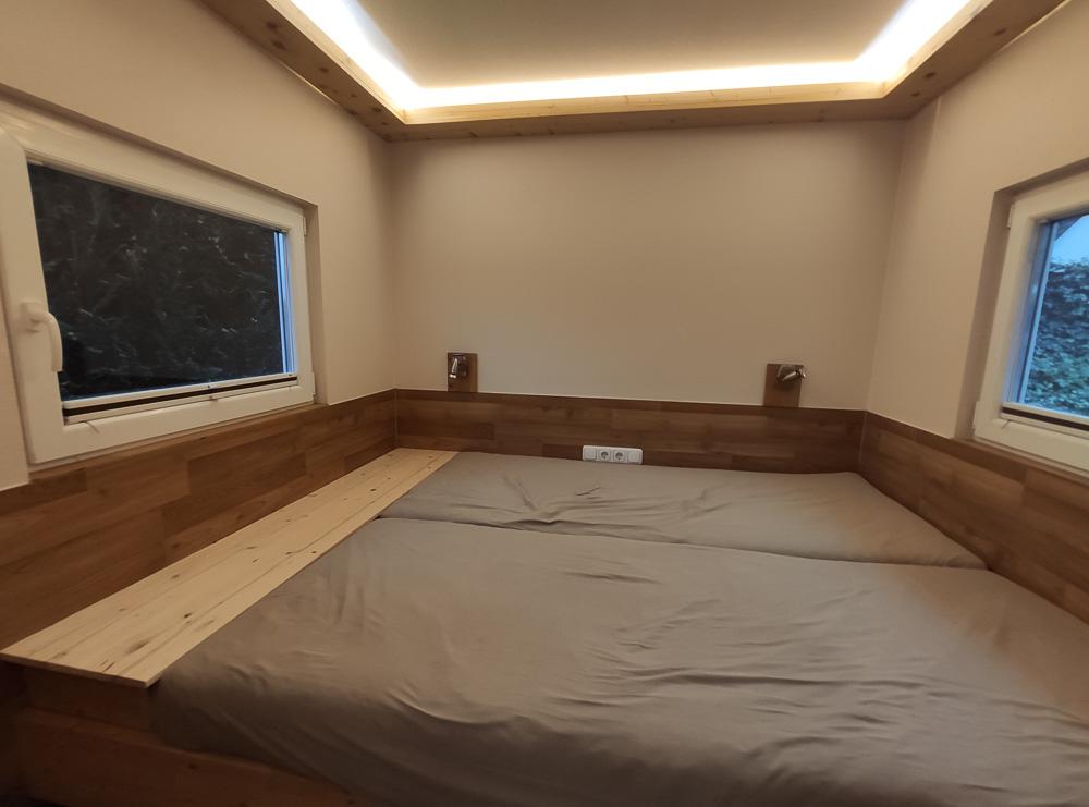 Das große und gemütliche Bett in unserem Nordischen Holzhaus