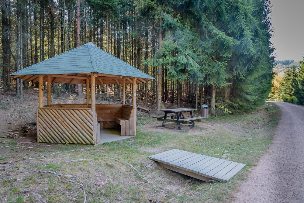 Schutzhütte am Forstweg entlang der Talsperre. Ideal für eine kleine Rast, selbst bei schlechtem Wetter.