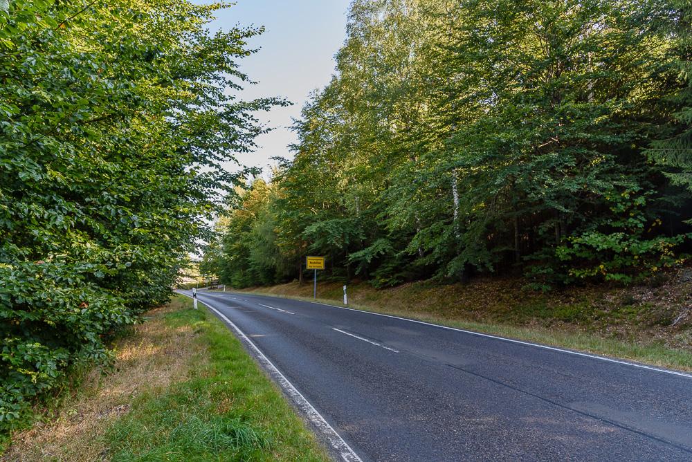 Überquerung des Landstraße kurz vor dem Ortseingang von Neuhütten