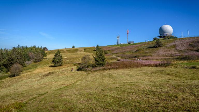 Blick auf das markante Radom der Wasserkuppe, höchster Berg in Hessen