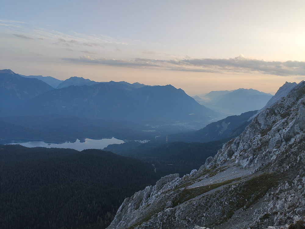 Der Eibsee ist links im Bild zu sehen, dort startet die Seilbahn Zugspitze hinauf auf den Gipfel