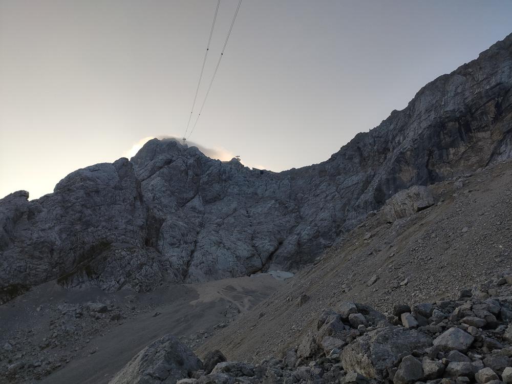 Während unserer Pause an der Hütte blickten wir schonmal auf den nun anstehenden Stopselzieher-Klettersteig und die Felswand vor uns