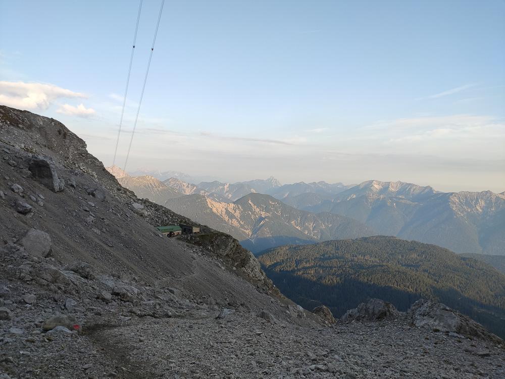Blick zurück auf die Wiener Neustädter Hütte vom Fuße des Klettersteigs aus