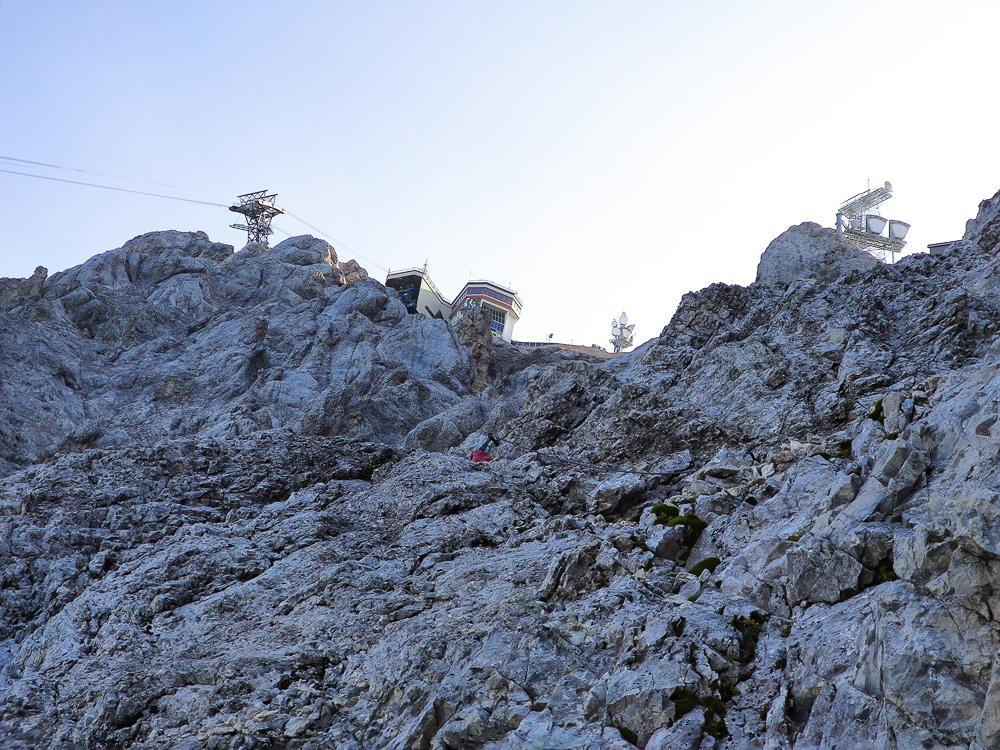 Blick auf den Gipfel der Zugspitze vom Stopselzieher-Klettersteig aus