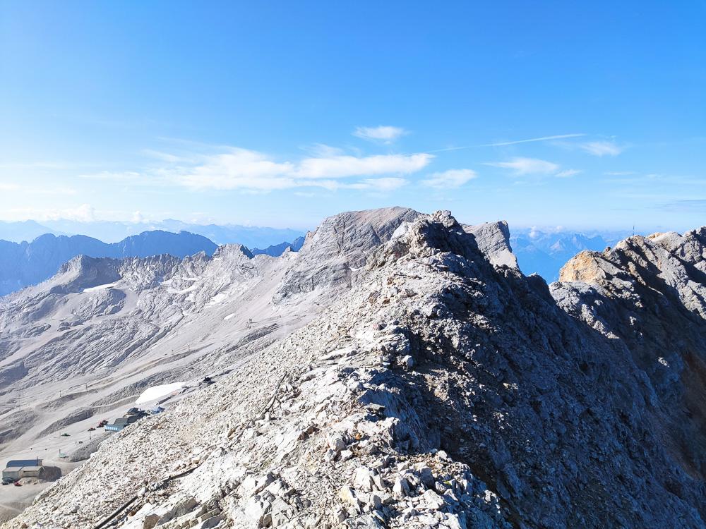 Den Blick entlang des Kamms vom Gipfel weg kann man auch genießen, wenn man sich für die Route über das Reintal oder das Gatterl entscheidet.