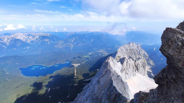 Blick vom Gipfel der Zugspitze auf den Eibsee