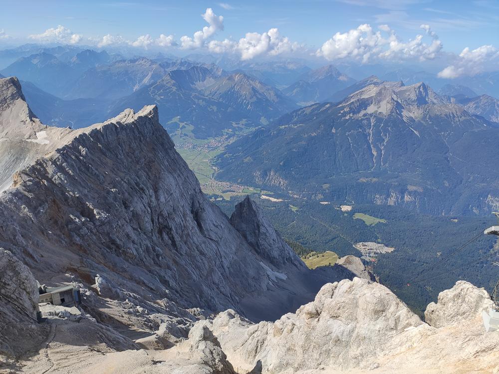 Noch ein letzter Blick vom Gipfel der Zugspitze auf den Stopselzieher-Klettersteig und das alte Kammhotel. Dort sind wir hochgeklettert.
