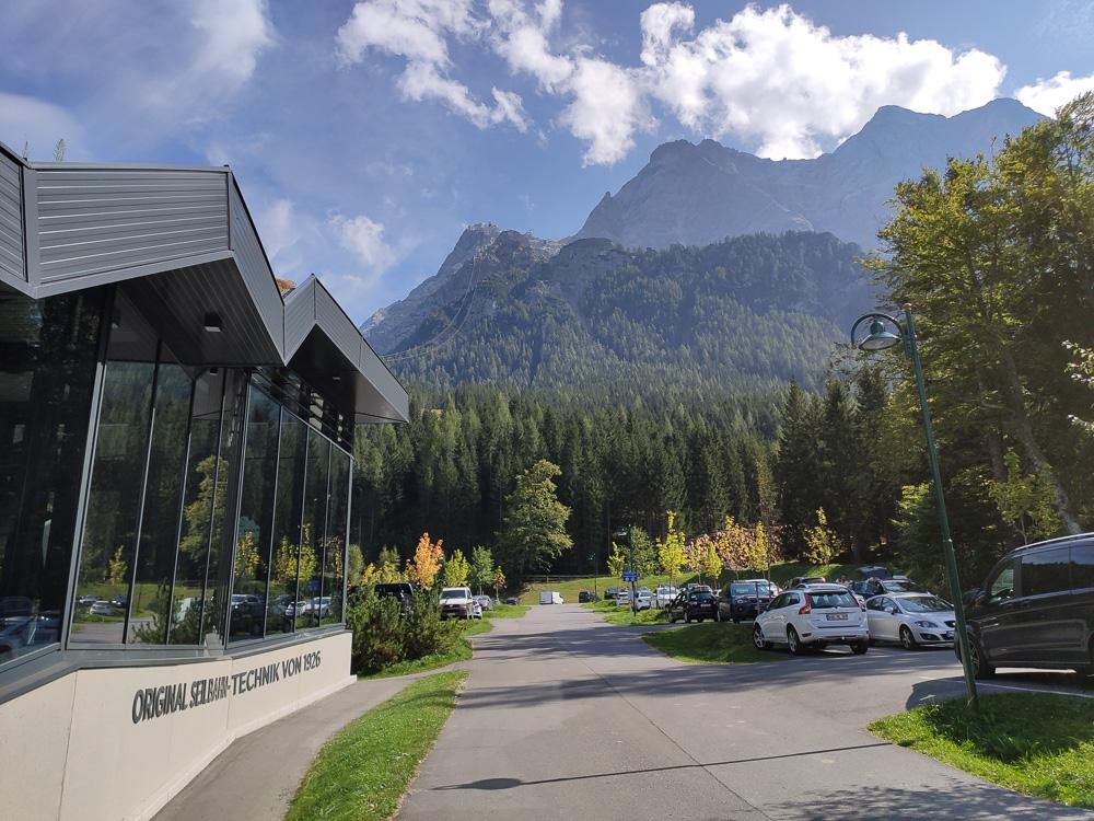 Blick auf die Zugspitze von der Talstation der Tiroler Zugspitzbahn aus