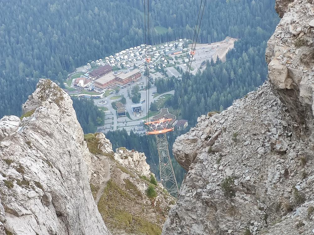 Blick auf den Parkplatz der Talstation der Tiroler Zugspitzbahn