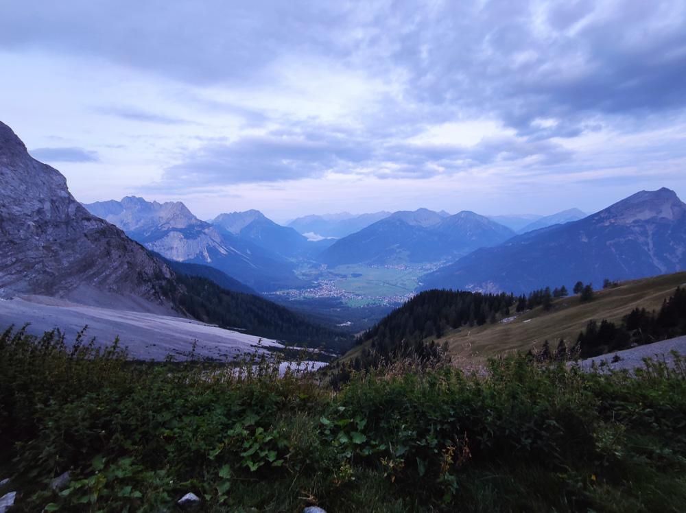 Blick nach Österreich von den Hängen der Zugspitze aus gesehen